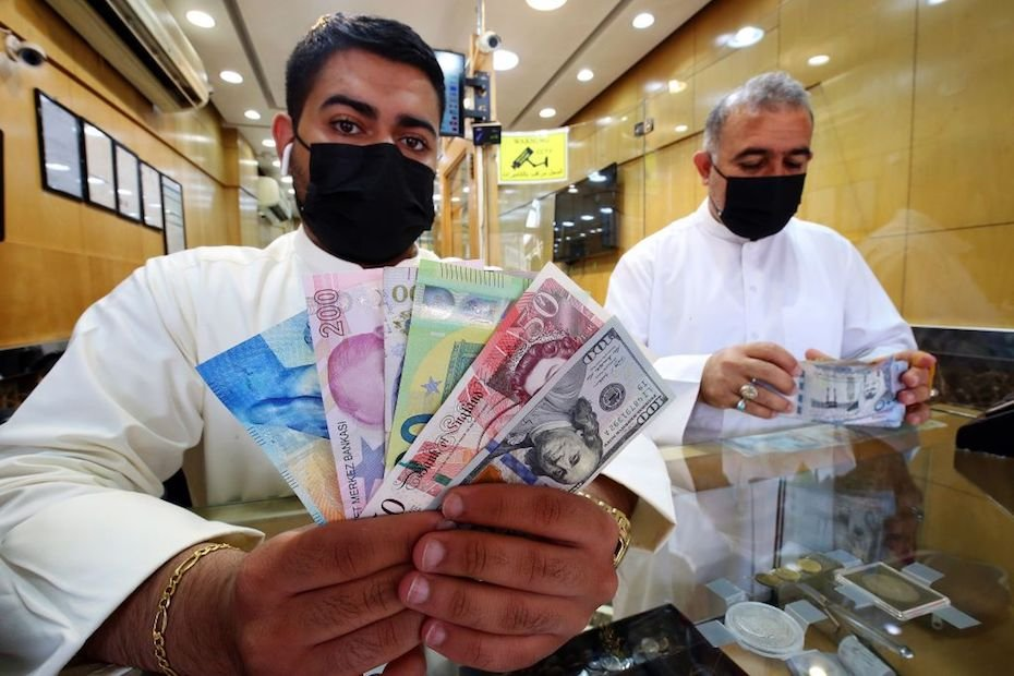 Customer Service  Kuwait Central Bank denies plan to devalue, stands by peg GettyImages-1228386544