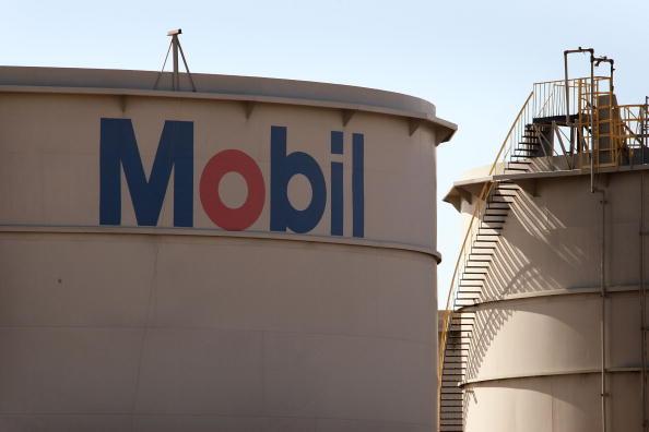 Qatar's emir meets Exxon Mobil Corp CEO