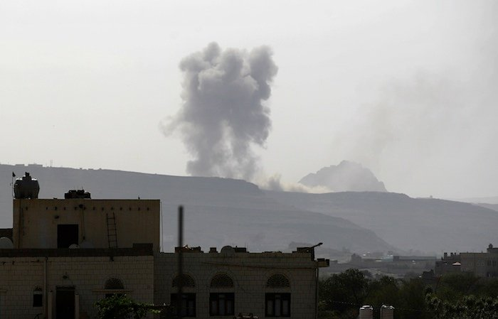 Saudi-led coalition bombs Yemen 'aid port' Hodeida